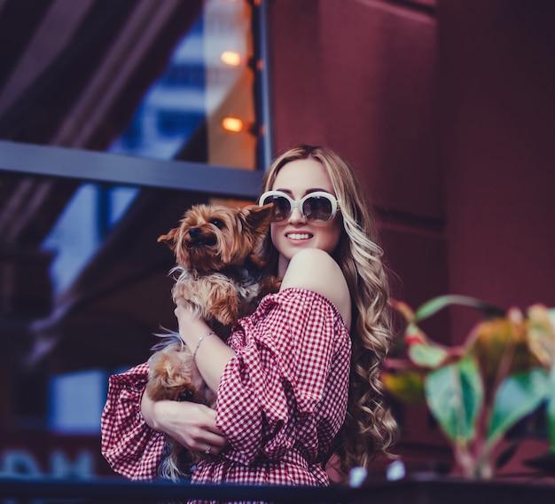 Senhora com cachorro posando na cidade
