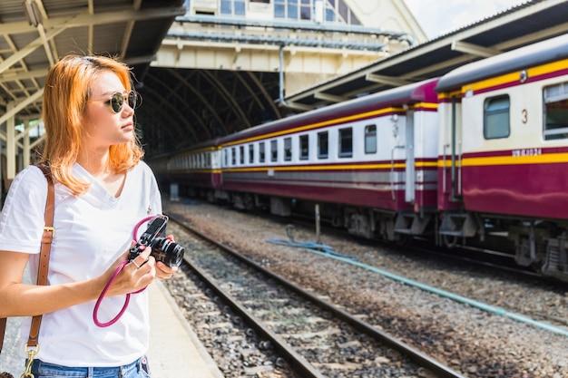 Senhora, com, câmera, ligado, estação de comboios