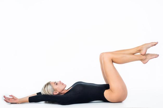 Senhora com corpo esguio em forma. cuidados de saúde femininos. depilação pés beleza da pele. conceito de depilação e flebeurisma. pedicura ácida no salão. massagem nos pés. mulher sexy isolada no branco.