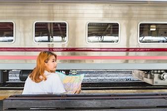 Senhora, com, mapa, ligado, assento, perto, trem, ligado, plataforma
