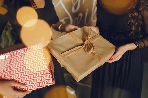 Senhora com presentes.