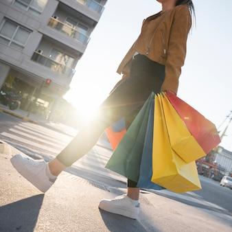 Senhora com sacos de compras na rua