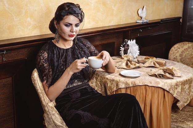 Senhora com uma xícara de café.