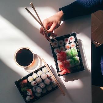 Senhora, comer, dela, sushi, levar, em, um, escritório