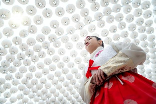 Senhora coreana no vestido hanbok no estádio das lanternas