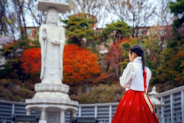 Senhora coreana no vestido hanbok no templo bongeunsa
