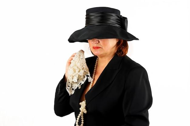 Senhora cristã chorando em vestido preto de funeral