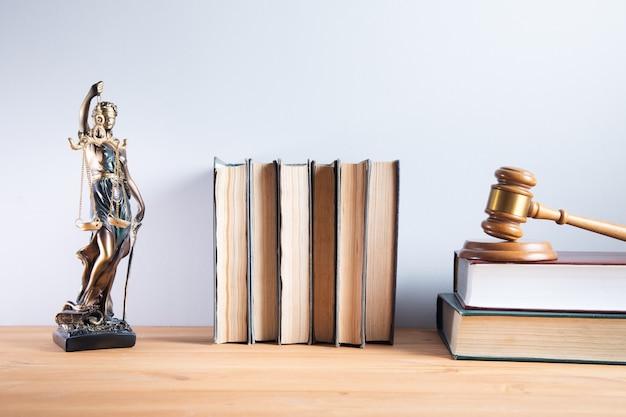 Senhora da justiça com juiz em livros de direito