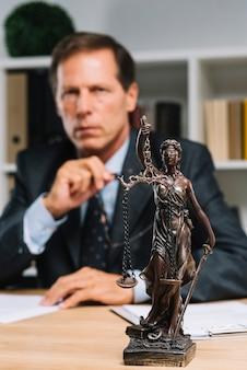 Senhora da justiça na frente do advogado