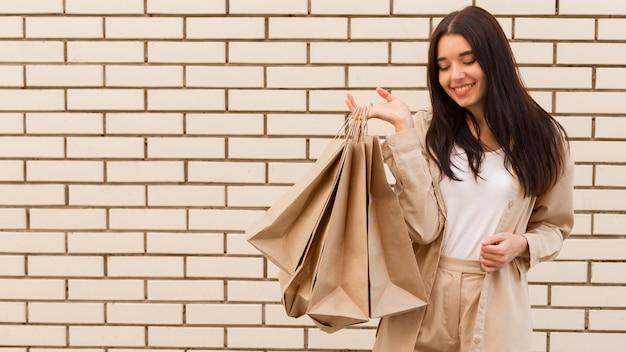 Senhora da moda segurando sacolas de compras, cópia espaço