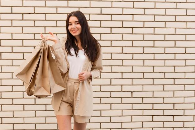 Senhora da moda segurando sacolas de compras