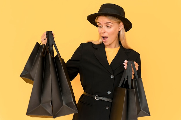 Senhora da moda vestindo preto se surpreendendo