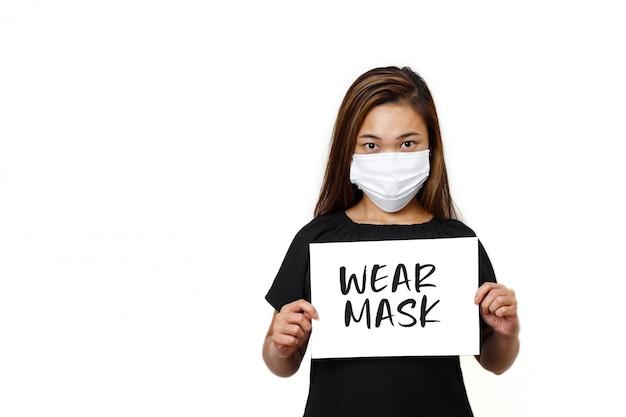 Senhora de cabelos longos asiáticos em pé com texto de máscara de desgaste
