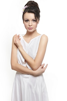 Senhora de mulher bonita sexy vestido branco noiva isolado no branco