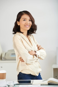 Senhora de negócios auto-confiante