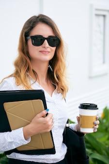 Senhora de negócios com café descartável