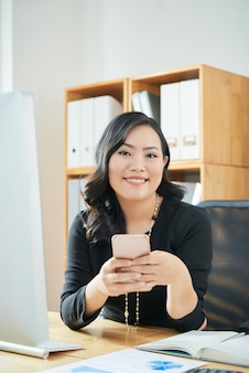 Senhora de negócios com smartphone