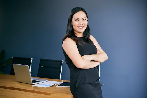 Senhora de negócios confiante sorridente