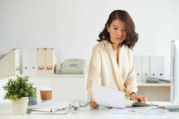 Senhora de negócios lendo um contrato