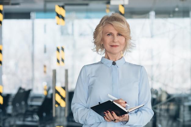 Senhora de negócios maduros de sucesso. empoderamento feminino