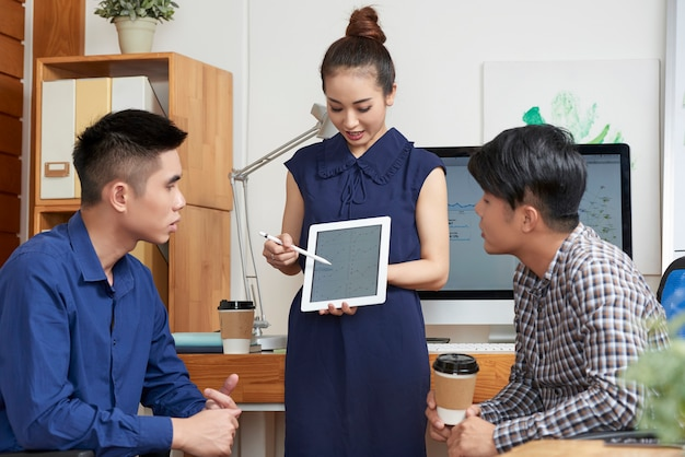 Senhora de negócios, mostrando o relatório de vendas