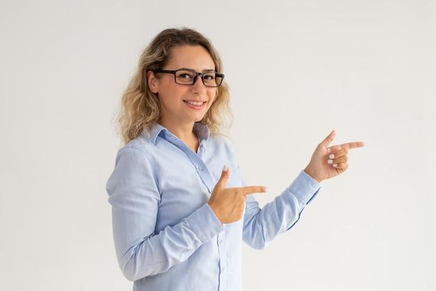Senhora de negócios positivo em óculos, apresentando informações