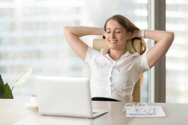 Senhora de negócios satisfeito assistindo o trabalho concluído