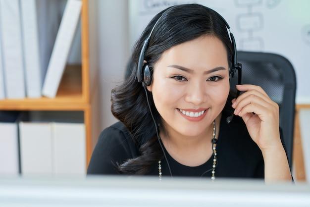 Senhora de negócios usando fone de ouvido