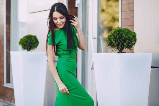 Senhora de vestido verde