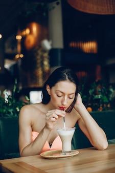 Senhora elegante com café