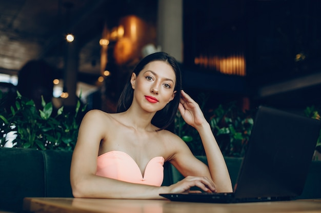 Senhora elegante com laptop
