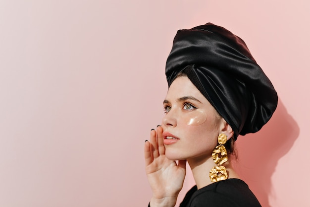 Senhora elegante com turbante e tapa-olho