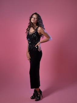 Senhora elegante em um vestido de noite longo preto com lantejoulas