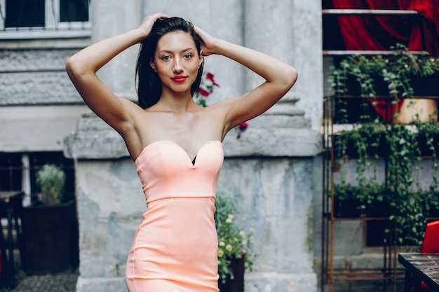Senhora elegante em um vestido rosa