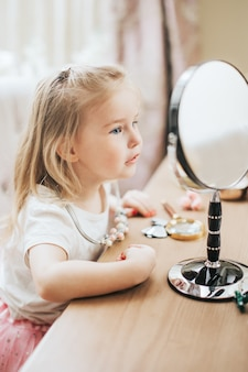 Senhora elegante pentear o cabelo e olhando no espelho