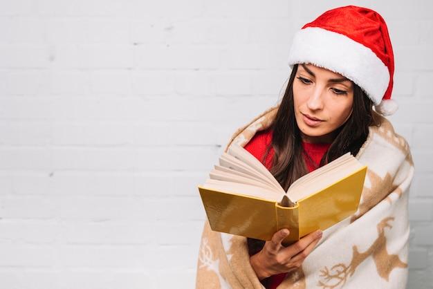 Senhora, em, chapéu partido, livro leitura