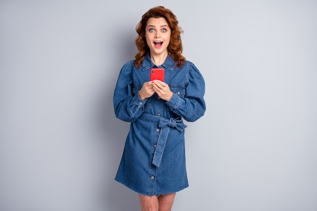 Senhora engraçada e animada segurar o telefone boca aberta