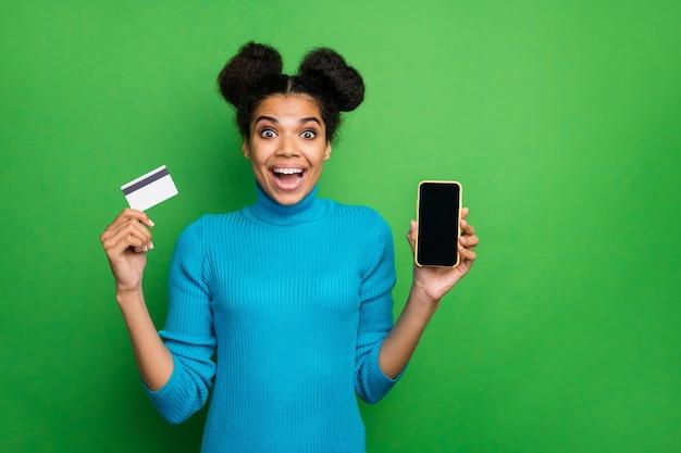 Senhora engraçada segurar telefone pagamento com cartão de crédito por telefone inteligente