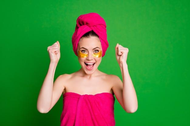 Senhora exultante usando sob os olhos, punhos levantados, usar toalhas, corpo, cabeça, isolado, cor verde, fundo