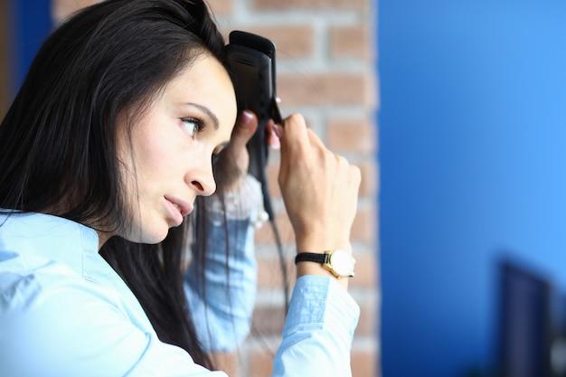 Senhora fazendo penteado estilo