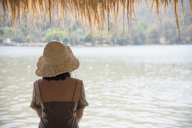 Senhora feliz durante as férias na natureza do site de água