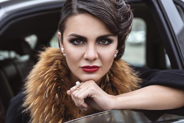 Senhora glamorosa no carro