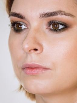 Senhora glamourosa com maquiagem
