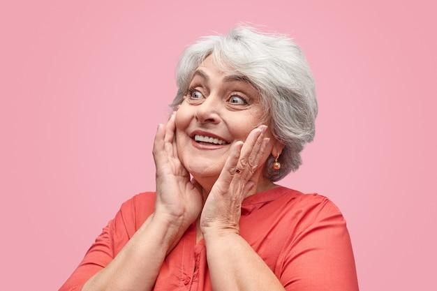 Senhora idosa animada olhando para longe