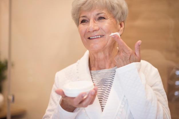 Senhora idosa bem cuidada no banheiro doméstico