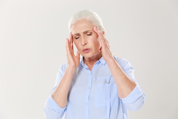 Senhora idosa com dor de cabeça
