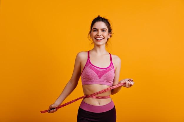 Senhora inspirada medindo seu corpo
