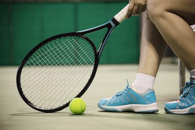Senhora, jogador de tênis, sentando, em, a, corte