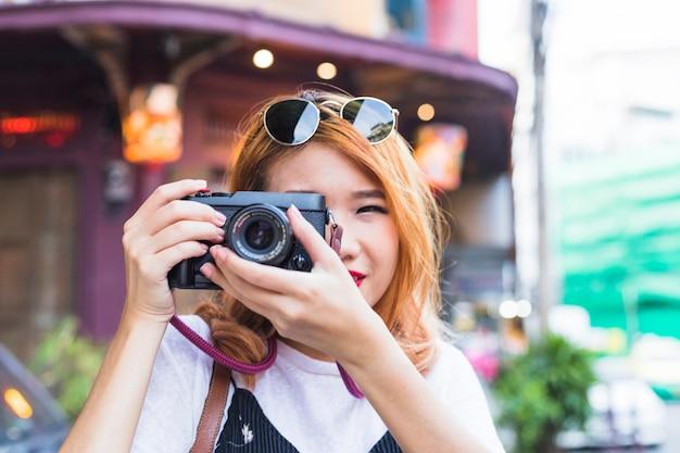 Senhora jovem, com, câmera digital