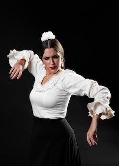 Senhora jovem, executar, dança flamenco